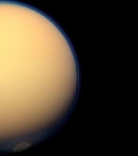 Le récemment formé vortex du pôle sud de Titan apparait dans l'atmosphère de la lune (Crédits : NASA/JPL-Caltech/SSI )