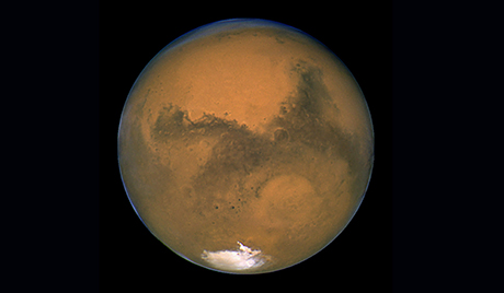 La planète Mars prise par le télescope spatial  Hubble  incluant une  image de la calotte glacière du pôle sud de la planète   et le cratère d'impact Hellas basin . Mars a atteint son point le plus proche de la Terres en   60,000 à exactement 1051 GMT le Mercredi 27 aout   2003. La planète rouge est venue à 55.75 millions de kilometres de notre monde, presque le plus près que son orbite peut s'approcher de sa voisine planétaire bleue. Les astronomes   ont profité de l'évènement historique  pour jeter un coup d'oeil plus précis à Mars.EPA PHOTO/NASA/-//