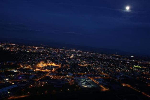 Lundi 7 janvier, à 23h45, un jeune homme a observé au-dessus de Guilherand-Granges et Saint-Péray, ici sous la Lune par rapport à cette photo d'archives, le phénomène suivant : « un point très lumineux avec une grande traînée blanche ». Photo Archives DL/Fabrice ANTÉRION