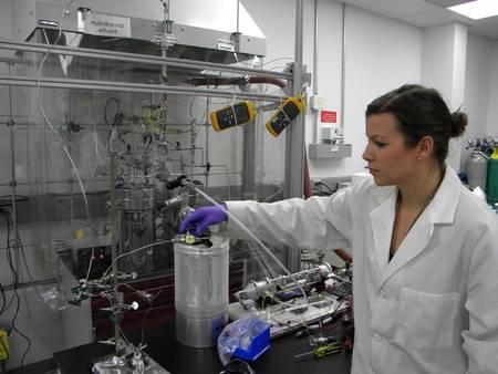 Lauren White, une exobiologiste de la Nasa, tourne une vanne pour faire pénétrer de l'eau de mer chargée en carbone (comme devaient l'être les océans de l'Hadéen) dans un matériau imitant une croûte océanique volcanique. Le tout est situé à l'intérieur d'un réacteur chimique simulant une cheminée hydrothermale. Le but est de voir si l'on peut obtenir en sortie de ce réacteur des molécules organiques. En alternance, un liquide alcalin similaire à celui circulant dans les évents hydrothermaux sur Terre coule aussi. Le but est d'étudier la chimie prébiotique, voire l'apparition de la vie au fond d'un océan sur la Terre primitive ou dans les lunes glacées en orbite autour de Jupiter ou de Saturne. © Nasa, JPL-Caltech