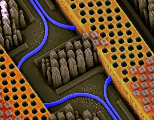 En bleu, le circuit optique, en orange le circuit en cuivre