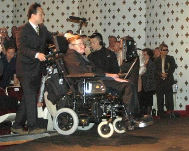 Stephen Hawking entre dans la salle
