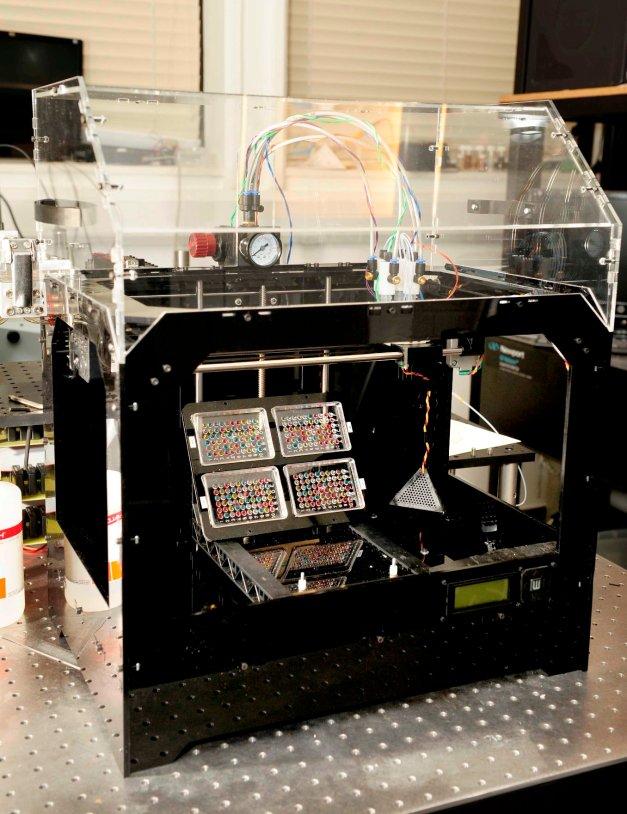 Voici l'imprimante 3D conçue par les scientifiques. Grâce à son système de valves et d'air comprimé, elle permet aux cellules souches embryonnaires de survivre au jet d'encre. © Will Shu, Biofabrication