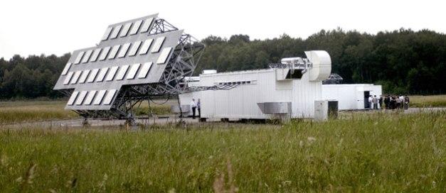 Un des éléments du radar Graves : spécialement conçu pour détecter les satellites orbitant entre 400 et 1000 km de la terre © JEFF PACHOUD / AFP