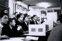 Premier lancement de Diamant-A, suivi par les agents du CNES depuis la salle de contrôle ; crédits CNES