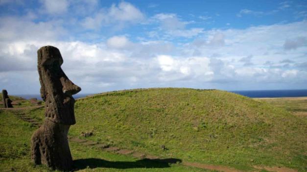 Iconic moai position sur le flanc de la colline de l'île polynésienne de Rapa Nui (île de Pâques). Image: Flickr, Nicolas de Camaret. Image: Flickr, NASA Goddard Space Flight Center