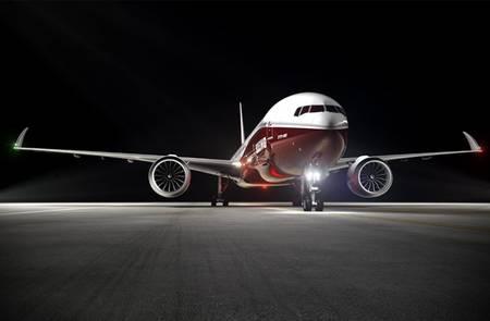 Au sol, les 777X ne seront pas plus encombrants que les 777 actuels. Les saumons d'ailes (les extrémités) sont effet relevables (raked wingtips en anglais, que l'on peut traduire par « saumons rétractables »), ce qui ramène l'envergure à 64,8 m. © Boeing