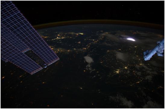 1-2 Photo d'un phénomène transitoire lumineux Sprite (sorte d'orage de courte durée se produisant dans l'ionosphère entre 40 et 100 km d'altitude) observé depuis la station ISS mais également source d'interrogation sur la physique de la haute atmosphère très proche de notre planète.