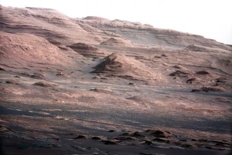 Première photographie couleur prise par Curiosity : le Mont Sharp sur Mars © Nasa