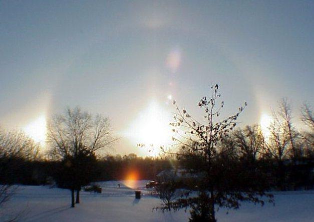 un spectaculaire parhélie (Sun Dog) a pu être observé le 19 janvier dans le ciel de Moscou en Russie. Ce cercle parhélique d'un petit halo de soleil a été filmé depuis le métro