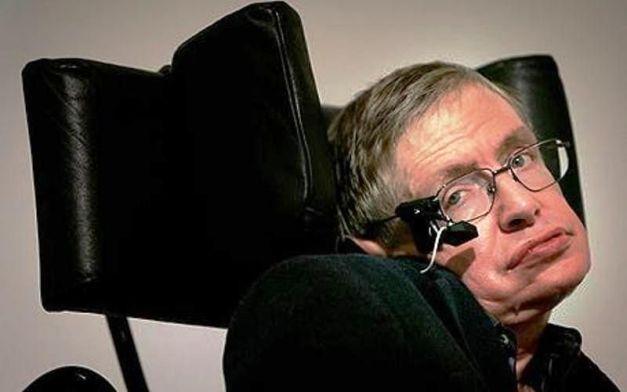 Stephen Hawking il y a quelques années, avec l'appareil lui permettant de communiquer avec un ordinateur. Âgé de 72 ans et plus paralysé que jamais, l'astrophysicien et mathématicien tente toujours de percer les secrets des trous noirs et de la gravitation quantique. © DAMTP, University of Cambridge
