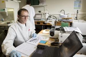 Préparation des échantillons de l'expérience PSS au LISA – Crédit photos : UPEC / Nicolas Darphin