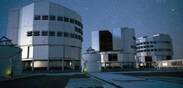 image source : E. LE ROUX/Univ Claude Bernard Lyon 1/ESO/CNRS PHOTOTHEQUE CNRS Le Very large telescope (VLT), dans le désert d'Atacama au Chili, est un ensemble de 4 télescopes de 8 m de diamètre, auxquels s'ajoutent d'autres télescopes plus petits. Il permet d'explorer l'Univers lointain et d'étudier la formation et l'évolution des galaxies, les trous noirs massifs ou encore les jeunes étoiles.