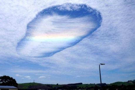 Cette étrange formation atmosphérique, appelée trou de virga, a été observé dans le ciel australien dans le sud de l'État de Victoria. Crédits : Peter Fell