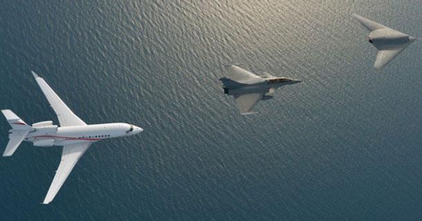 Le 20 mars 2014, Dassault Aviation a organisé un vol en patrouille du nEUROn avec un Rafale et un Falcon 7X. Image crédit: Dassault