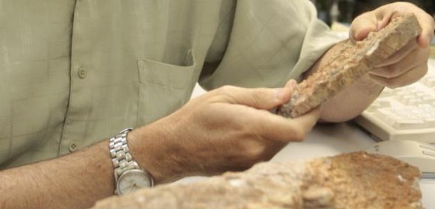 Mark Harrison en train d'examiner des roches contenant des zircons.Reed Hutchinson/UCLA