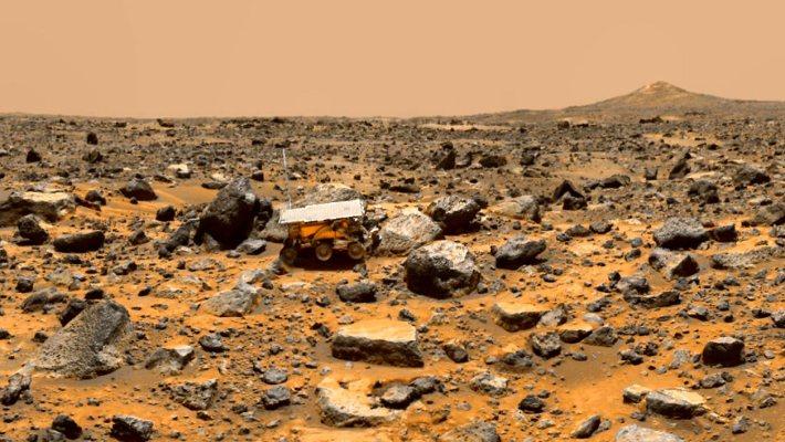Un paysage martien pris en photo par la sonde Pathfinder montre le petit rover d'exploration Sojourner. - JPL - Nasa