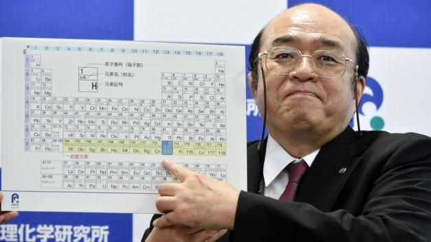 Kosuke Morita, de l'institut Riken, montre le nouvel élément 113 du tableau périodique de Mendeleïev, lors d'une conférence de presse, le 31 décembre 2015 à Saitama (Japon). (NORIAKE SASAKI / YOMIURI)