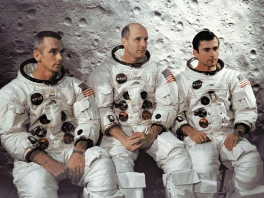 L'équipage d'Apollo 10 le 3 avril 1969 au Centre spatial Kennedy: de gauche à droite Eugene Cernan, pilote du module lunaire, le commandant Thomas Stafford, et John Young, pilote du module de commande (AFP/)