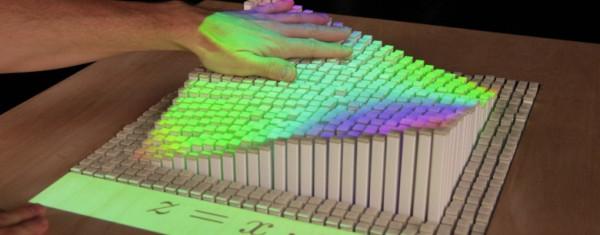 Le groupe de médias tangibles du MIT propose le concept d'interface utilisateur tangible qui est basé sur l'incarnation physique de l'information numérique et du calcul. Ce système est appelé «inForm», il utilise Kinect avec des centaines de plastique cubique pour présenter des interactions en temps réel avec des gestes. crédit: teamdisrupt.com